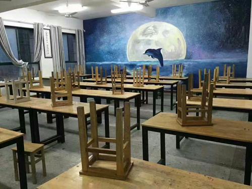 景德镇学院学生手绘教室美化校园环境
